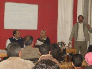 كرم فؤاد يتحدث للحضور + إلهامي الميرغني + مديرة اللقاء علا شهبة